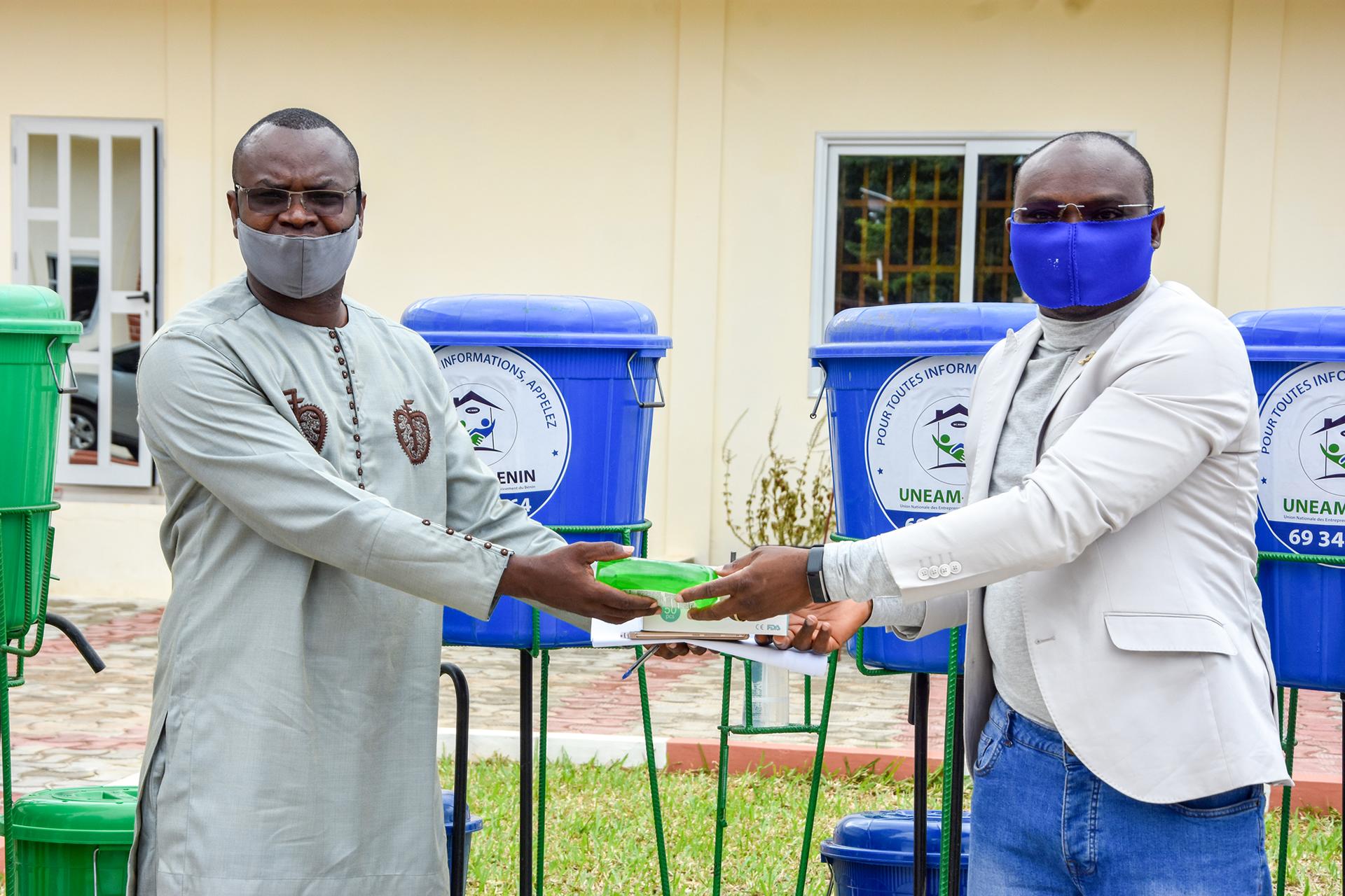 l'Association Nationale des Communes du Bénin ( ANCB)  et l'équipe du projet  Sanitation Services Delivery se donnent la main pour lutter contre la pandémie de la maladie à coronavirus